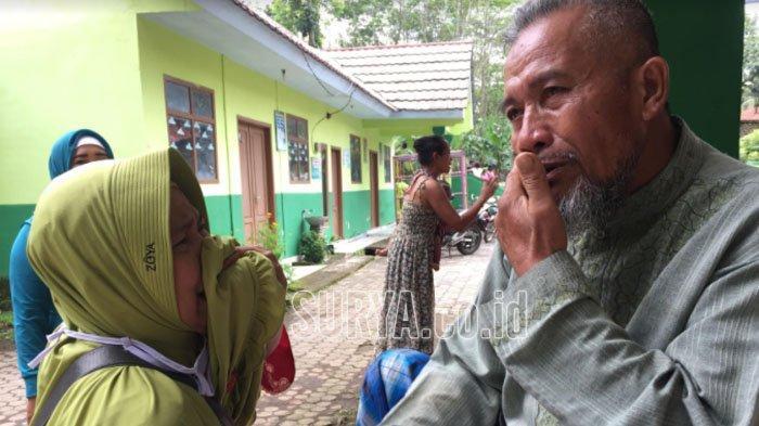 Mariyadi saat ditemui kerabatnya di posko pengungsian Balai Dssa Sawaran Kulon, Kabupaten Lumajang, Minggu (28/2/2021).