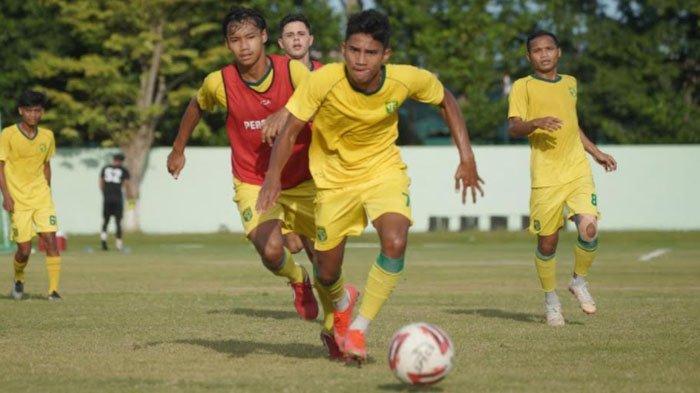 Marselino Fredinan menjadi pemain paling muda di Persebaya Surabaya untuk kompetisi Liga 1 2021-2022. Ia baru berusia 17 tahun dan menjadi pemain masa depan Bajul Ijo.