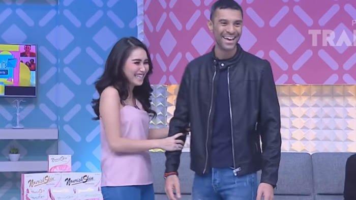 Didi Riyadi (Kanan) saat bersama Ayu Ting Ting (Kiri) di suatu acara di televisi swasta