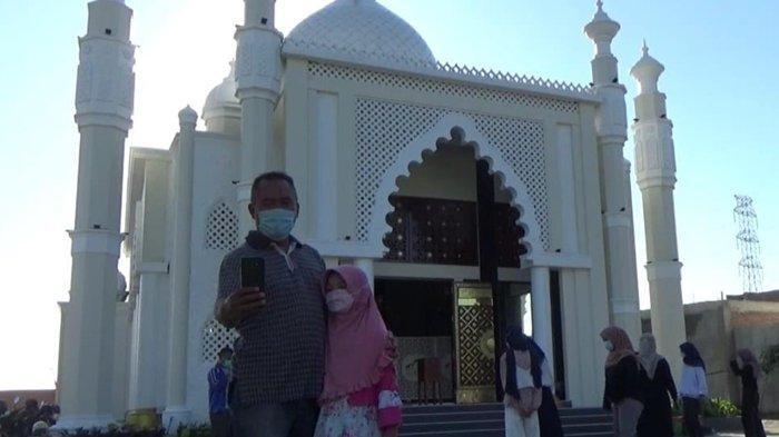 Warga Gresik Manfaatkan Waktu Libur Bersantai dan Beribadah di Masjid Mirip Taj Mahal