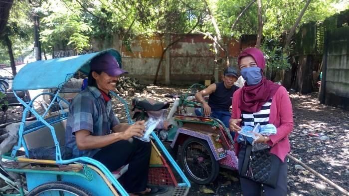 Senang Mendapat Masker dari Mahasiswa IKIP Widya Darma Surabaya