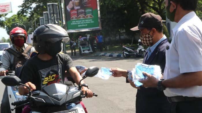 Masker, Antiseptik, dan Sabun Herbal Buatan Warga Dampingan Unej Dibagikan kepada Masyarakat