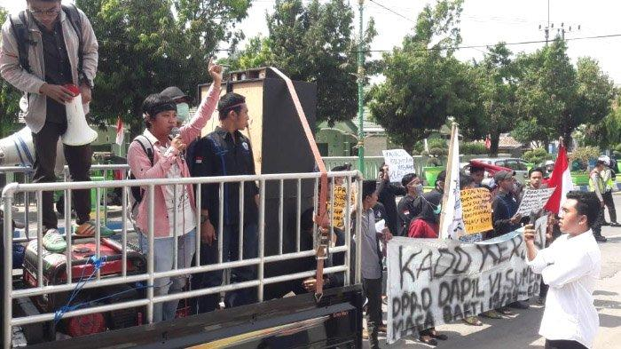 Baru 5 Hari Dilantik, DPRD Sumenep Madura Sudah Didemo, ini Tuntutan Mahasiswa Kepulauan Kangean