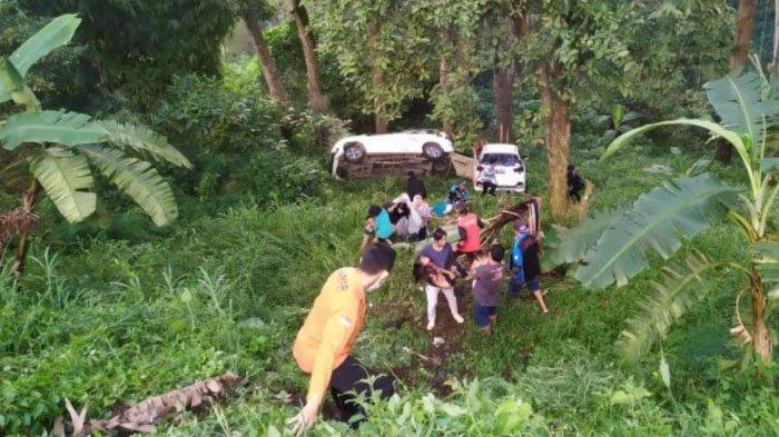Dua Mobil Avanza dan Mobilio Tercebur ke Jurang di Jalur Cangar-Pacet Mojokerto, Seorang Kritis