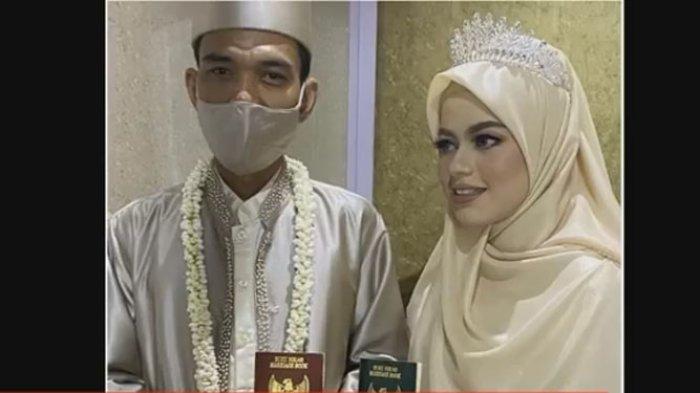 Istri Ustadz Abdul Somad, Fatimah Az Zahra (kanan) saat menikah. Kini ia tampil beda.