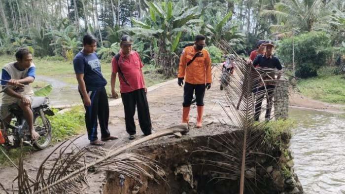 Diterjang Banjir, Jembatan Penghubung Antardusun di Lumajang Ambrol