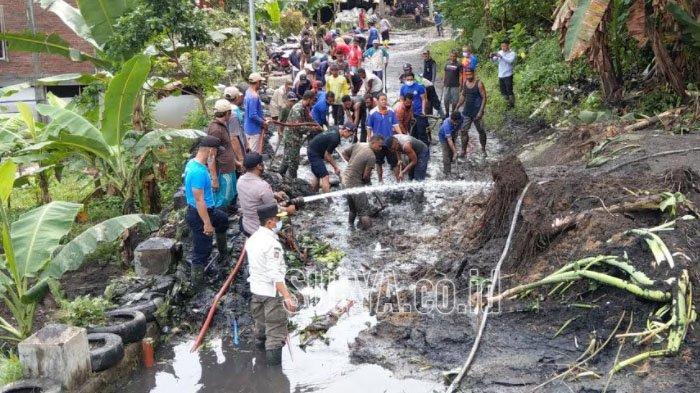 Jalan Utama Penghubung Kampak-Watulimo Kabupaten Trenggalek Tertimbun Longsor