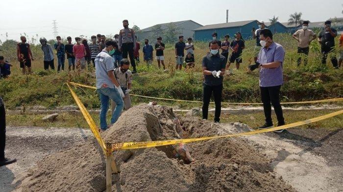 Mayat Wanita Muda Dalam Karpet Dikubur Digundukan Pasir Tepi Jalan
