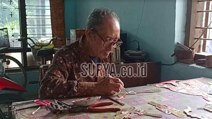 Mbah Subroto perajin wayang kulit asal Desa Panjer Kecamatan Plosoklaten Kabupaten Kediri saat membuat wayang kulit pesanan orang, Rabu (17/2/2021).
