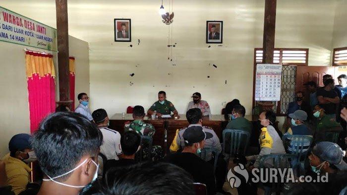Musyawarah di Kantor Desa Janti, Kecamatan Slahung, Ponorogo untuk mengklarifikasi kasus perselingkuhan antara perangkat desa dengan salah seorang istri warga setempat, Senin (5/10/2020).
