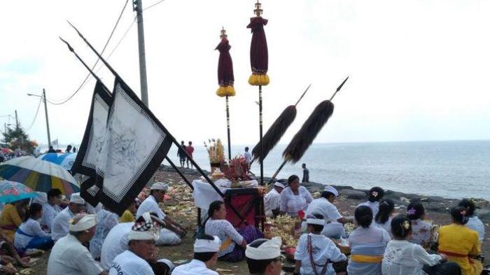 Jelang Perayaan Nyepi, Umat Hindu di Bali Jalani Ritual Melasti di Sejumlah Pantai