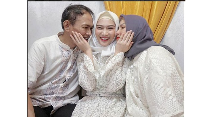 Jelang Pernikahan Melody Eks Jkt 48 Unggah Foto Keluarga Love You Both Katanya Halaman All Surya