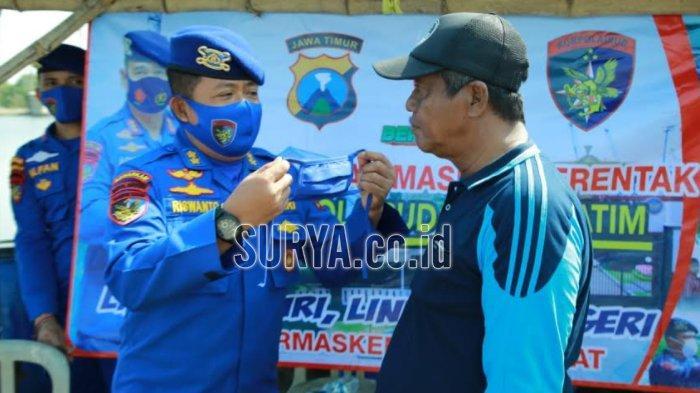 Cegah Penyebaran Covid-19, Ditpolairud Polda Jatim Bagikan Masker ke Wilayah Pesisir