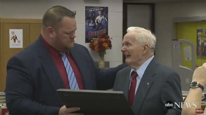 Setelah 72 Tahun, Kakek ini Dinyatakan Lulus SMA dan Mendapatkan Ijazahnya