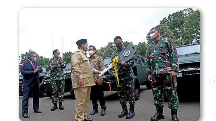 Menhan Prabowo Subianto serahkan kunci 40 Rantis Maung kepada KSAD Jenderal Andika Perkasa, Rabu (13/1/2021).