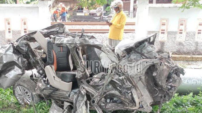 KRD Hantam Suzuki Ertiga di Perlintasan Tanpa Palang Pintu Kabupaten Lamongan, 2 Orang Tewas