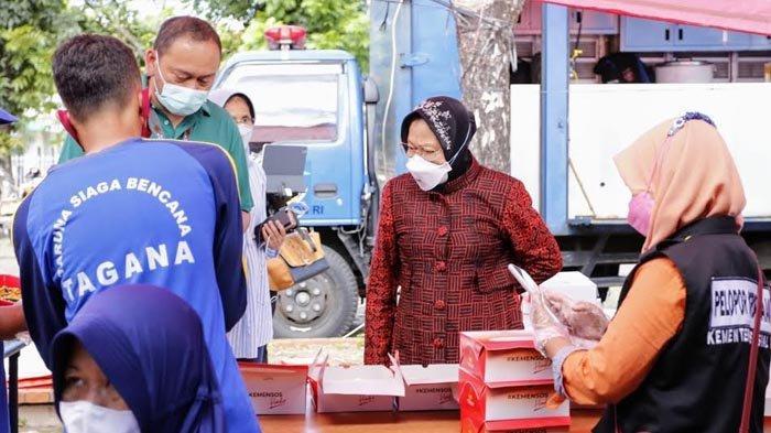 Mensos Risma Tinjau Dapur Umum di Surabaya, Pastikan Gizi Nakes Terpenuhi