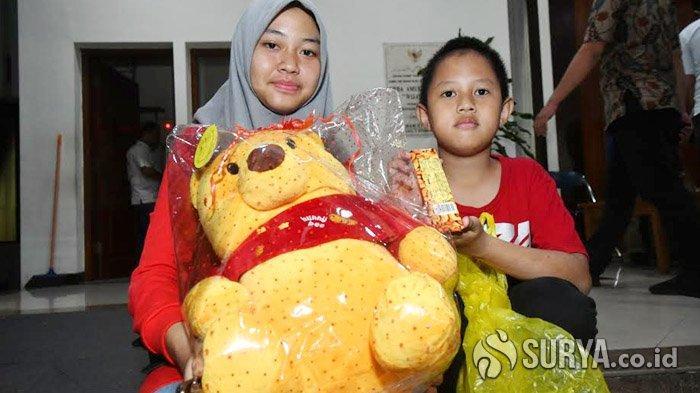 Rindu dan Senang Sang Kakak Pulang Dari Natuna, Gadis Asal Surabaya Ini Bawa Hadiah Boneka