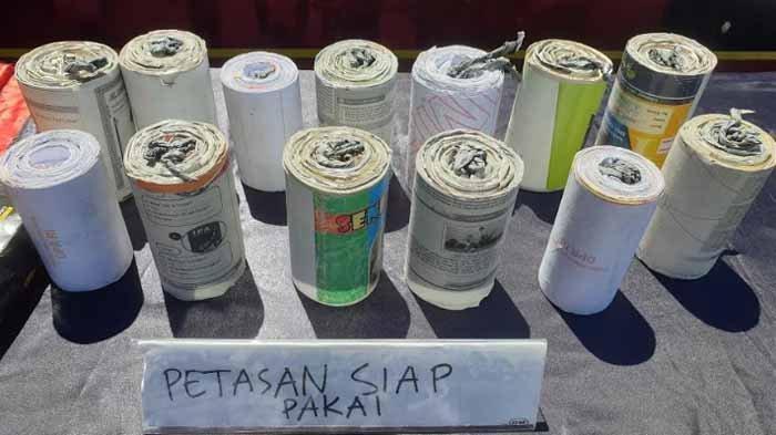 Sejumlah barang bukti mercon dan pemusnahan petasan di halaman Mako Polres Mojokerto, Senin (3/5/2021).