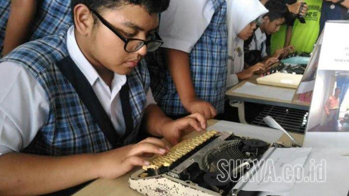 Siswa SMPM 5 Hadirkan Sensasi Tempo Dulu, Lomba Buat Naskah Proklamasi dengan Mesin Ketik Manual