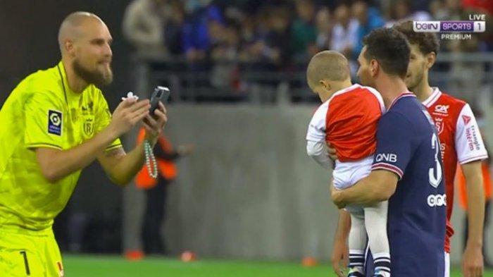LIONEL MESSI - menggendong anak kiper Reims, Predrag Rajkovic. Fotonya viral di media sosial