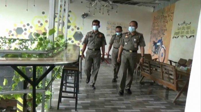 Petugas Satpol PP Tuban saat mendatangi sebuah cafe di JalanMYamin, Kelurahan Gedongombo, Kecamatan Semanding, yang digunakan sepasang remaja berbuat asusila.M SUDARSONO/SURYA.CO.ID