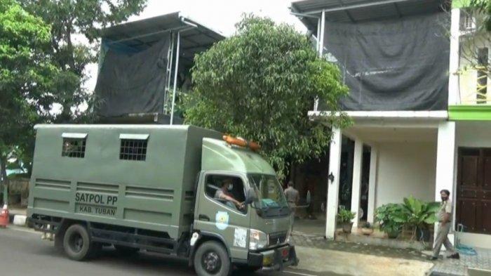 Petugas Satpol PP Tuban saat mendatangi sebuah cafe di JalanMYamin, Kelurahan Gedongombo, Kecamatan Semanding, yang digunakan sepasang remaja berbuat asusila.