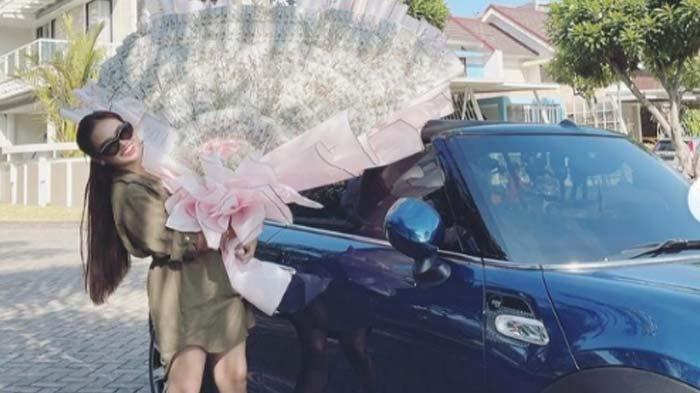 Sosok Anggie Jesey, Model sekaligus Selebgram Asal Kota Malang yang Hobi Koleksi Mobil Mewah