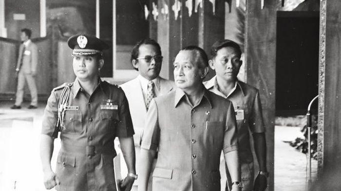 Misi Super Rahasia Soeharto: Sembunyikan Presiden Kamboja dari Kejaran Komunis & Kirim Ribuan AK-47