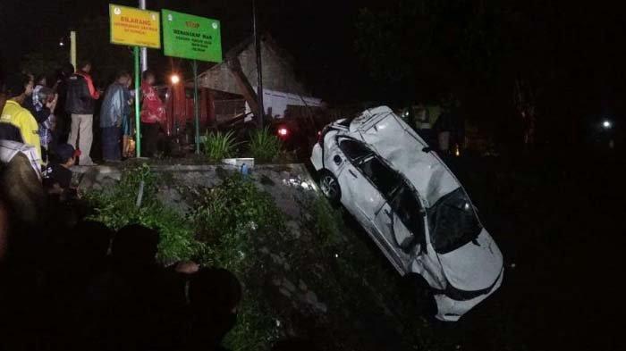 Mobil Avanza yang Ditumpangi Keluarga Dari Tulungagung Terjun ke Sungai & Terbalik. Pengemudi Tewas