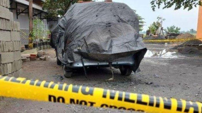 Mobil Daihatsu Xenia yang ada Yulia, kerabat Jokowi di dalamnya. Yulia tewas terpanggang dalam peristiwa itu.