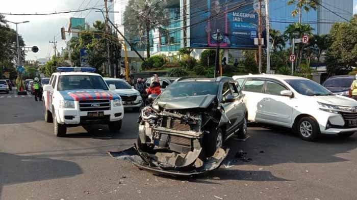 Detik-detik Ambulans Jenazah COVID-19 di Kota Malang Ditabrak, Datsun Cross Ringsek
