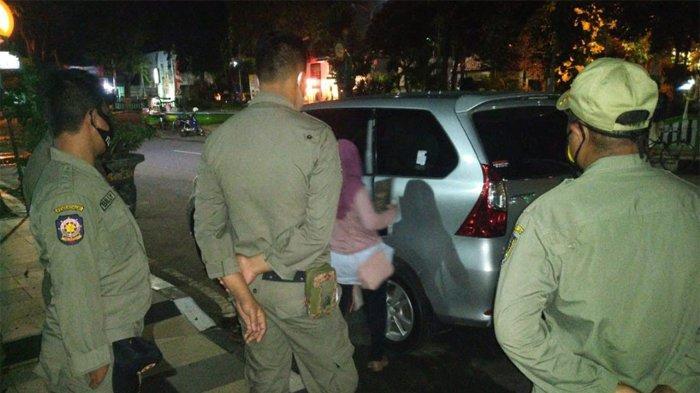 Muda-mudi Dalam Mobil Goyang di Depan Rumdin Wabup Tuban Buang Kondom Saat Satpol PP Datang