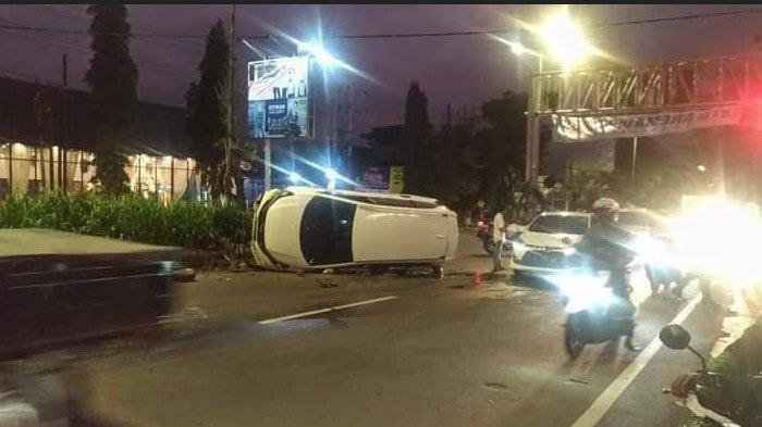 Mobil Honda Mobilio nopol N 1939 TR yang terguling di Jalan Raya Balearjosari, Kota Malang seusai menabrak pembatas jalan.