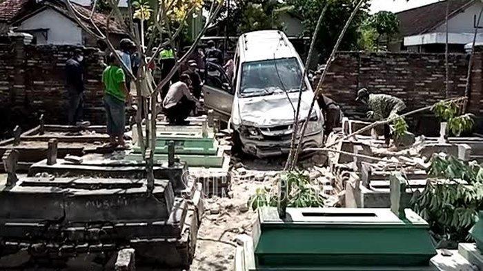 Mobil milik Fadoli sebelum dievakuasi dari makam masjid As Salam Desa Winong, Kecamatan Kedungwaru Kabupaten Tulungagung, Rabu (7/10/2020).