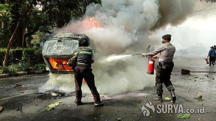 BREAKING NEWS Mobil Patwal Satpol PP Kota Malang Dibakar Massa yang Demo Tolak UU Cipta Kerja