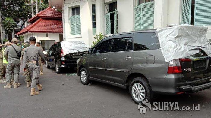 BREAKING NEWS Selain Bakar Mobil Patwal, Massa Juga Rusak Bus Polisi dan Tiga Mobil Pemkot Malang