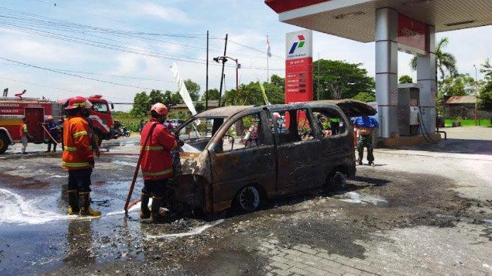 Usai Mengisi BBM Keluar Percikan Api dari Bagian Mesin, Mobil Espass Terbakar Di SPBU Godean Nganjuk