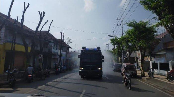Cegah Covid-19, Polres Pamekasan Semprotkan Desinfektan ke Jalan Raya Pakai Mobil Water Canon