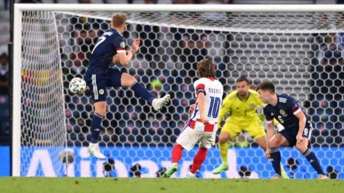 Luka Modric saat mencetak gol kedua Kroasia melawan Skotlandia, Rabu (23/6/2021)