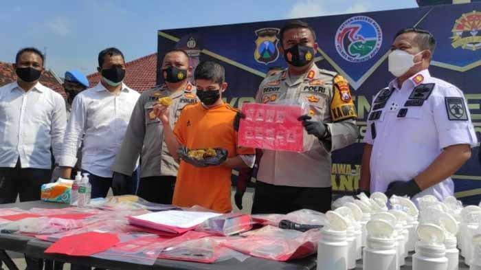 Kapolres Mojokerto Kota, AKBP Deddy Supriadi membeberkan barang bukti kasus penyelundupan sabu-sabu melalui tahu isi di dalam Lapas Kelas IIB Mojokerto, Jumat (26/3/2021).
