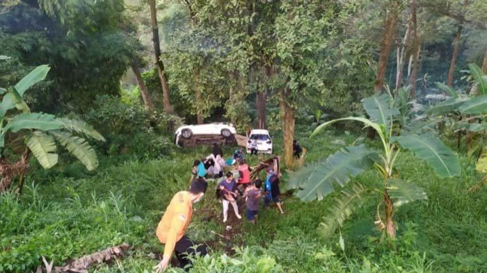 Satu Penumpang Meninggal pada Kecelakaan 2 Mobil Avanza dan Mobilio Masuk Jurang di Mojokerto