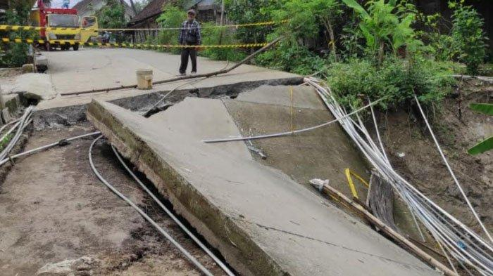 Jalan dan Jembatan Ambles akibat Erosi Sungai diDawarblandong Mojokerto, Akses Warga Terputus