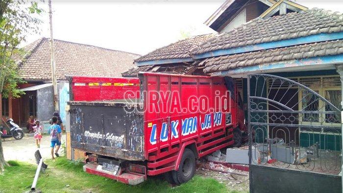 Pedal Gas Mendadak Rusak, Truk Seruduk Mobil Lalu Nyelonong Masuk Rumah Warga di Mojokerto