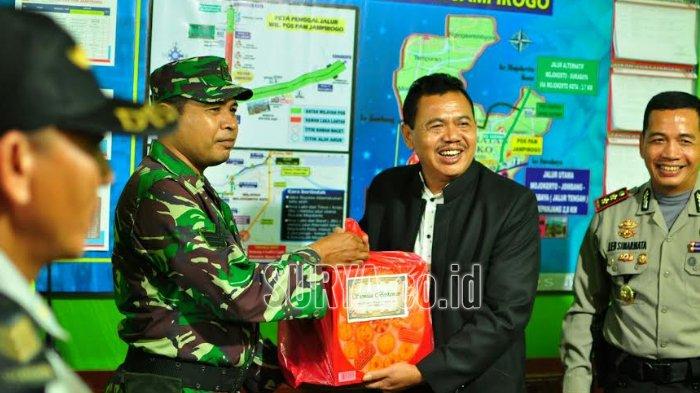Wakil Bupati Bagikan Bingkisan untuk Petugas yang 'Melekan' di Pos Lebaran Mojokerto