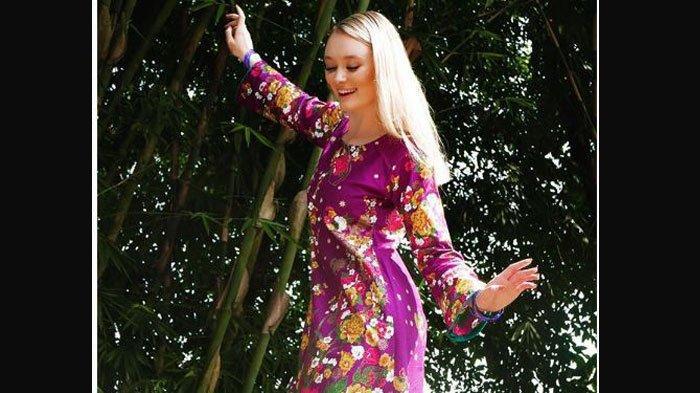 Momen Bule Cantik Polly Alexandria Sambut Idul Fitri 1440 H, Ikut Takbiran di Kampung Nur Khamid