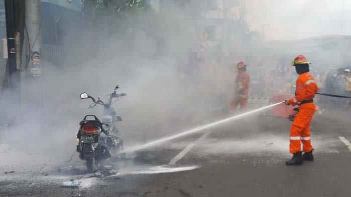 Motor Matic Terbakar di dekat Tugu Pahlawan Surabaya, Diduga Alami Korslet Listrik