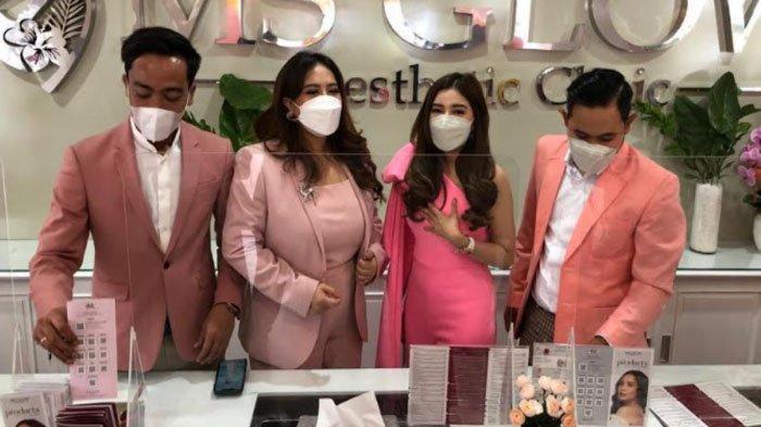 Founder MS Glow saat peluncuran produk MS Cosmetic (dua dari kiri).