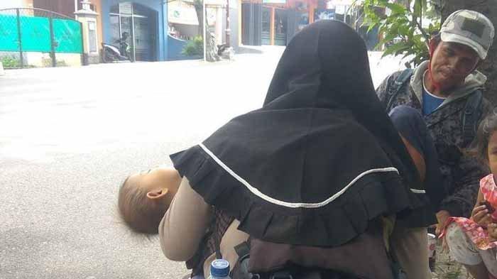 Dani dan istri serta dua anaknya melepas lelah setelah 6 hari mudik jalan kaki menyusuri jalan nasional jalur selatan.