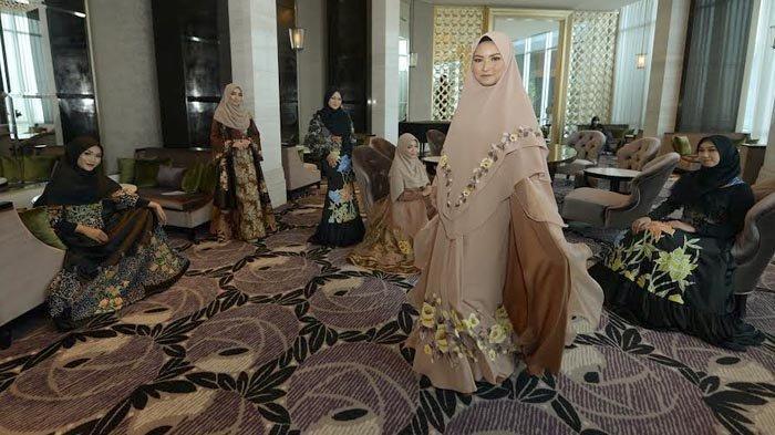 Photoshot Pemenang Muslimah Syari, Model Kenakan Busana dengan Konsep Handpainted on Batik